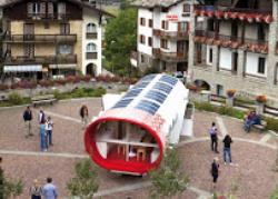 Pannelli solari flessibili Solbian installati su tende e moduli abitativi